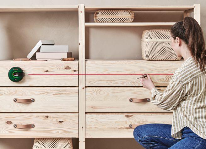 Uso de la medida de cinta láser ATINO de Bosch para instalar manijas de gabinete[
